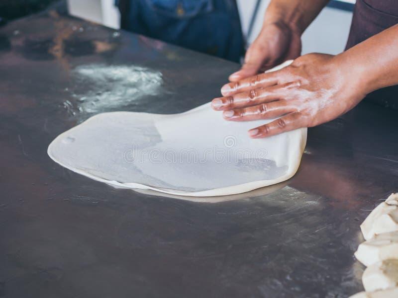 Roti che fa, alimento tradizionale indiano della via immagini stock