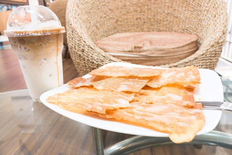 Roti croccante con latte condensato zuccherato immagini stock libere da diritti