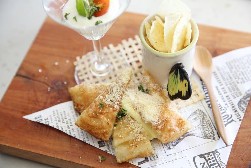 Roti de la comida de la fusión con las patatas del queso y fritas imagen de archivo libre de regalías