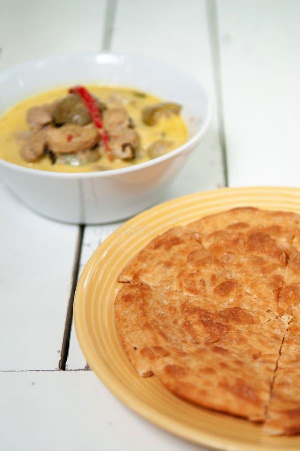 Roti indiano com o tiro verde tailandês da opinião superior do caril foto de stock royalty free