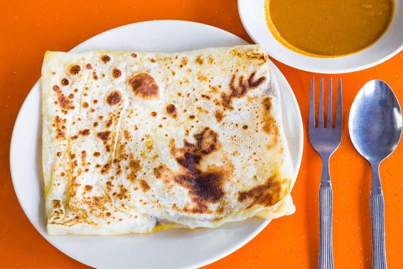 Roti Prata lub Roti Canai, tradycyjny Indiański chleb słuzyć z currym obrazy royalty free