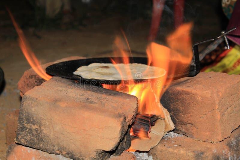 Roti que hace en casa en el estilo rural de la India imagenes de archivo