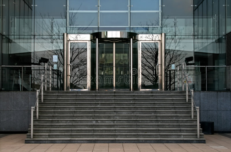 Rotierende Glasbürotüren lizenzfreie stockbilder