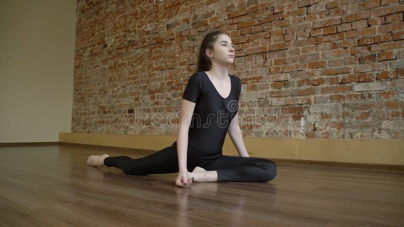 Rotina da flexibilidade da ginasta do treinamento da aptidão do esporte imagens de stock