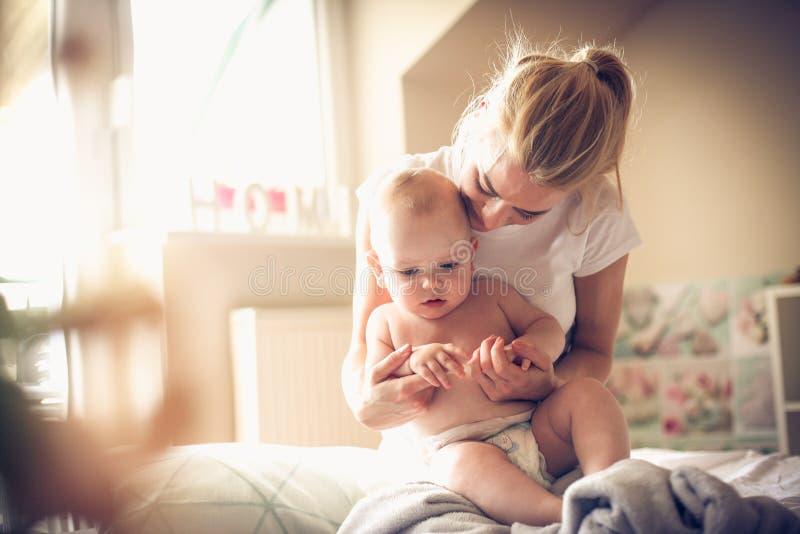 Rotina da manhã com meu filho do bebê fotos de stock