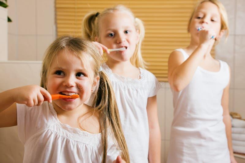 Rotina da noite - dentes de escovadela imagem de stock