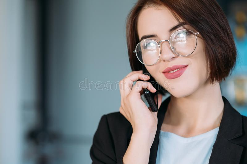 Rotina de sorriso bem sucedida do escritório da senhora do negócio imagens de stock royalty free