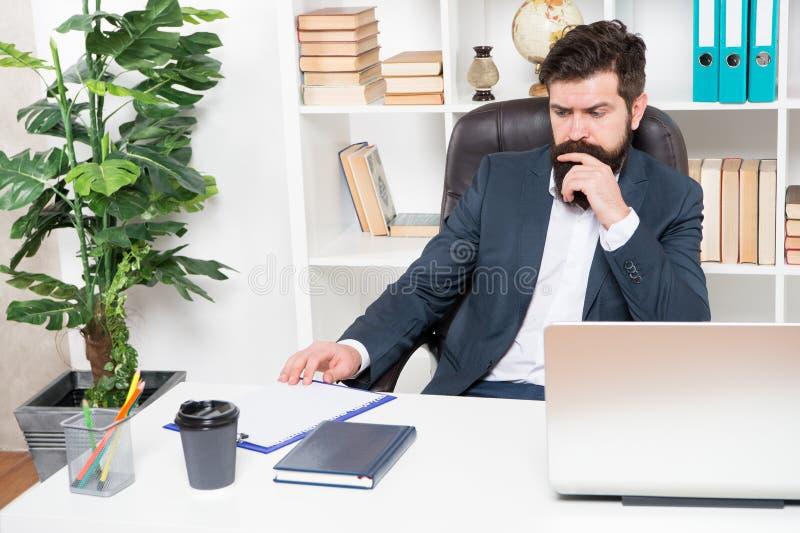 Rotina do escritório Gerente que resolve problemas de negócio Homem de negócios responsável das soluções do negócio Negócio torna fotografia de stock