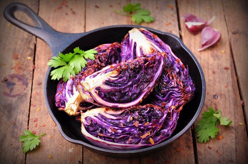 Rotkohl backte im Olivenöl mit Paprikapfefferflocken und Seesalz Vegetarische Nahrung Bild wird abgetönt Rustikale Art lizenzfreie stockfotos