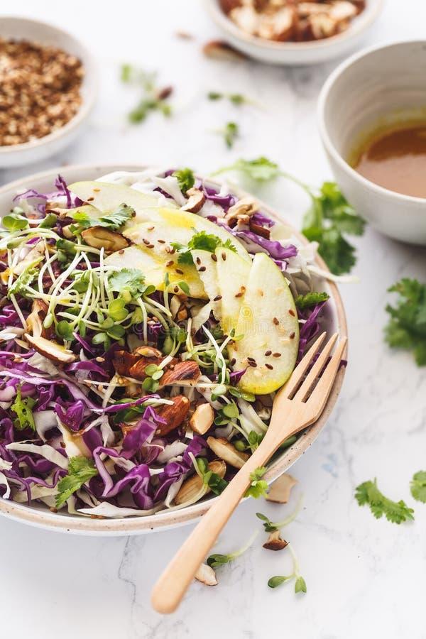 Rotkohl, grünes Apple, Mandel-Kohlsalat-Salat Schließen Sie oben, kopieren Sie Raum stockbilder