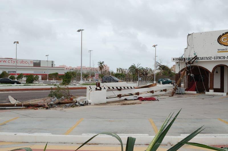 Roto por los posts de madera eléctricos del huracán imagen de archivo
