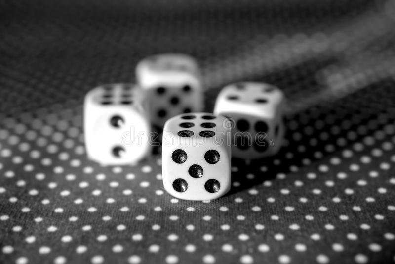 Rotolamento del concetto dei dadi per il rischio d'impresa, la probabilità, la buona fortuna o giocare immagini stock libere da diritti
