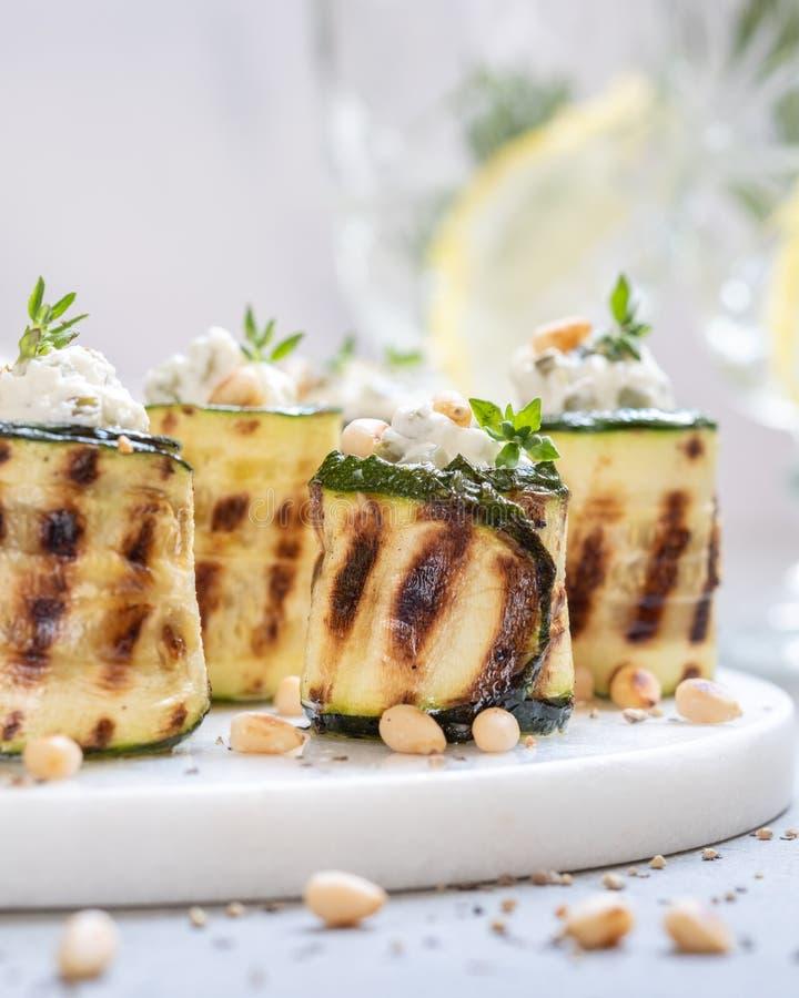 Rotoli arrostiti dello zucchini farciti con formaggio cremoso fotografie stock