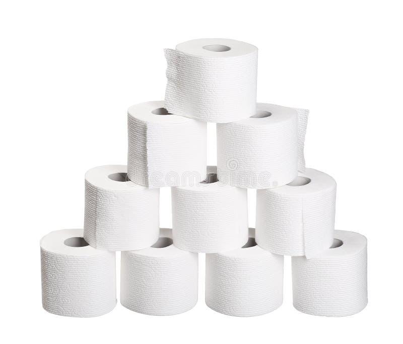 Rotoli del mucchio della piramide della carta igienica isolati su bianco fotografia stock libera da diritti
