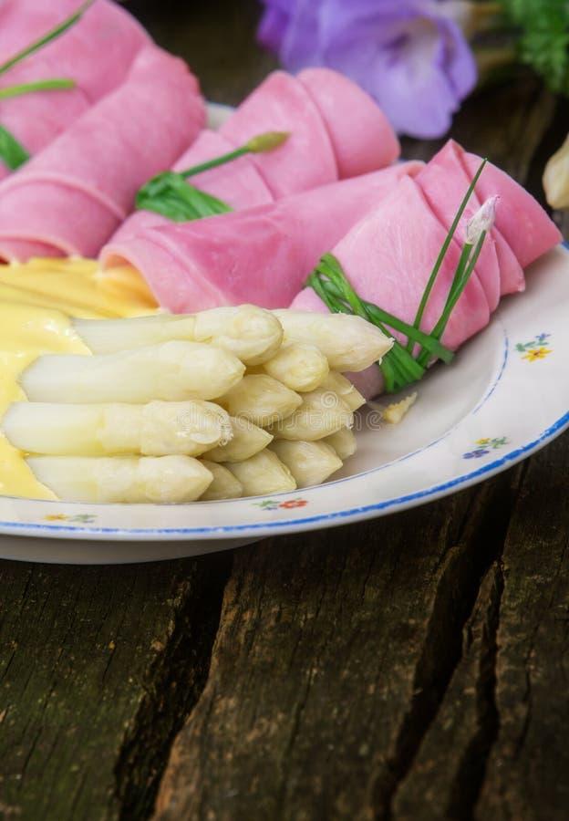 Rotoli del prosciutto e dell'asparago fotografia stock