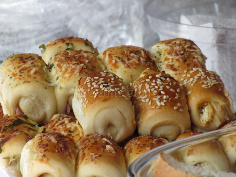 Rotoli del prosciutto e del formaggio coperti in semi di sesamo immagine stock libera da diritti