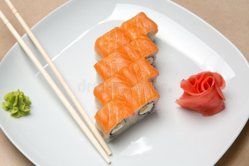Rotoli deliziosi con il salmone ed i bastoncini fotografie stock libere da diritti