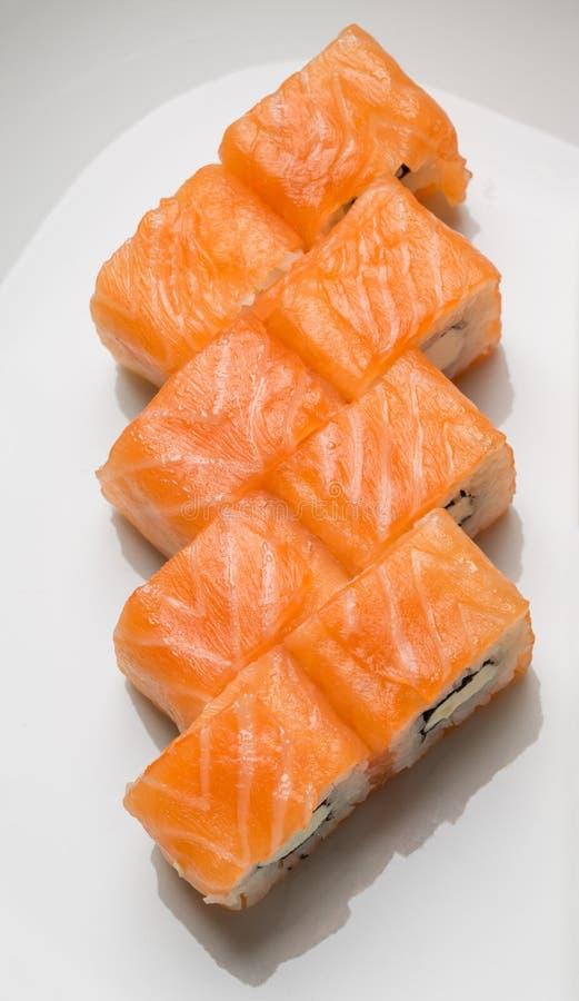 Rotoli deliziosi con la vista superiore di color salmone fotografia stock