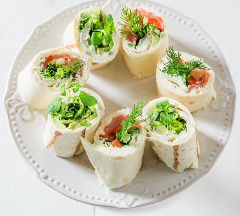 Rotoli deliziosi con le verdure, il formaggio e le erbe per uno spuntino immagini stock
