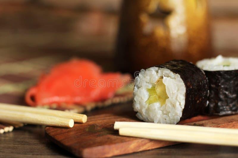 Rotoli deliziosi del pesce e del riso Cucina giapponese tradizionale fotografie stock