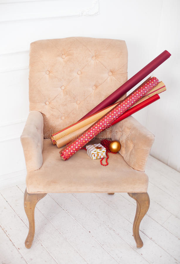 Rotoli della carta e contenitori di regalo avvolti come regali di Natale su un ch fotografia stock libera da diritti