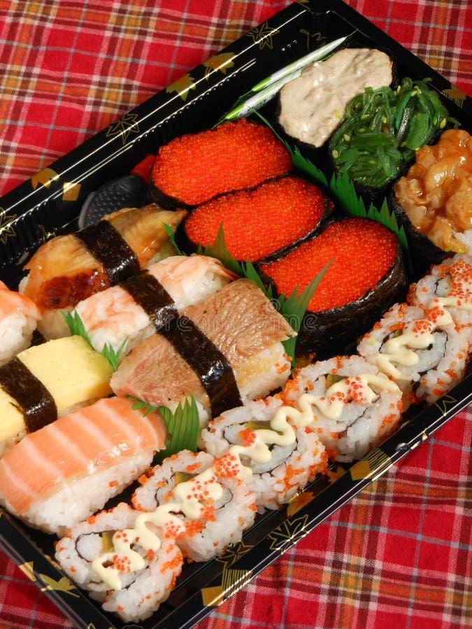 Rotoli di color salmone dell'arcobaleno del rotolo del vassoio assortito dei sushi fotografia stock
