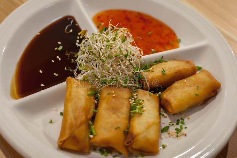 Rotoli di molla del vegano con la salsa dolce di soia e dei peperoncini rossi fotografia stock libera da diritti