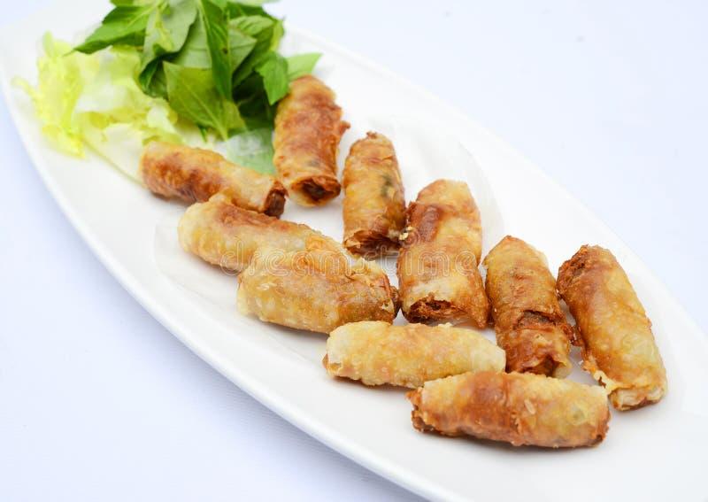 Rotoli di molla di Fried Vietnamese con le erbe sul piatto bianco immagini stock