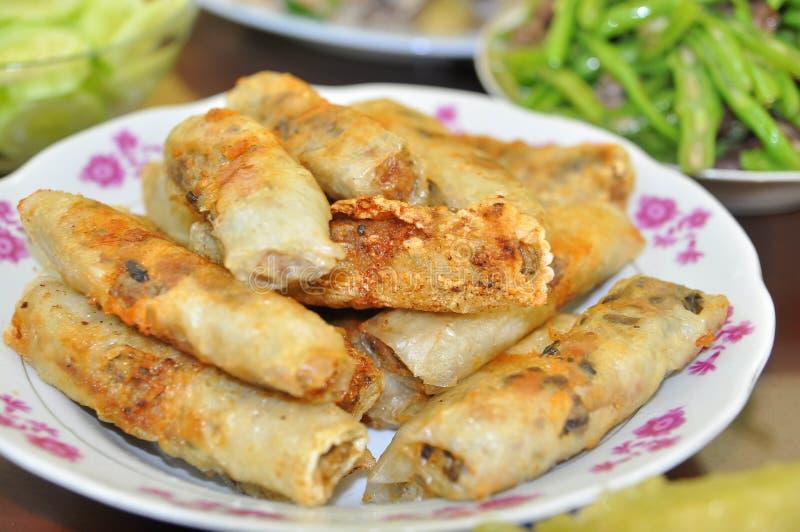 Rotoli di molla fritti per il partito di fine d'anno in ogni famiglia vietnamita durante il nuovo anno lunare fotografia stock libera da diritti