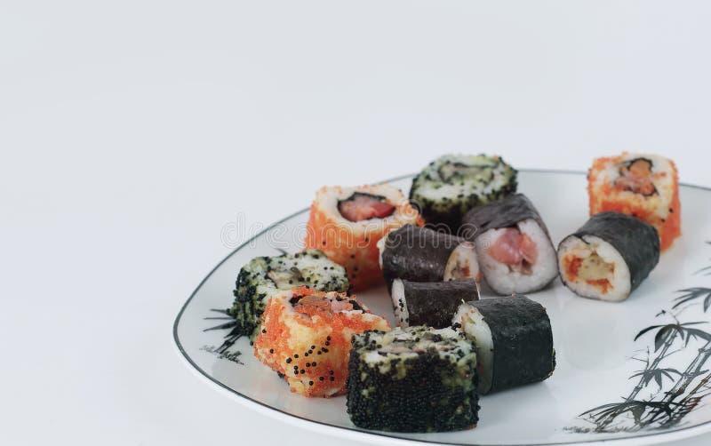 Rotoli di sushi - alimento giapponese Isolato su bianco fotografia stock libera da diritti