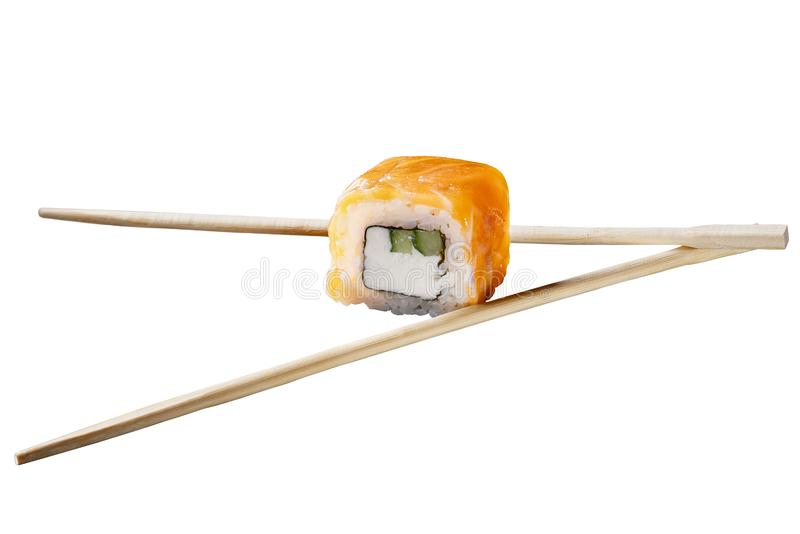 Rotoli di sushi con i bastoncini isolati sul primo piano bianco del fondo immagine stock