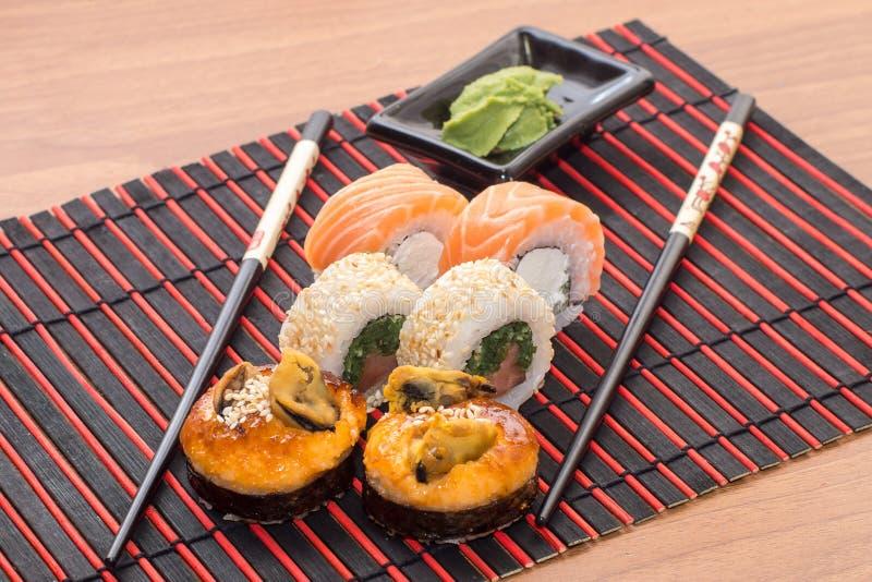 Rotoli di sushi con i bastoni fotografie stock libere da diritti