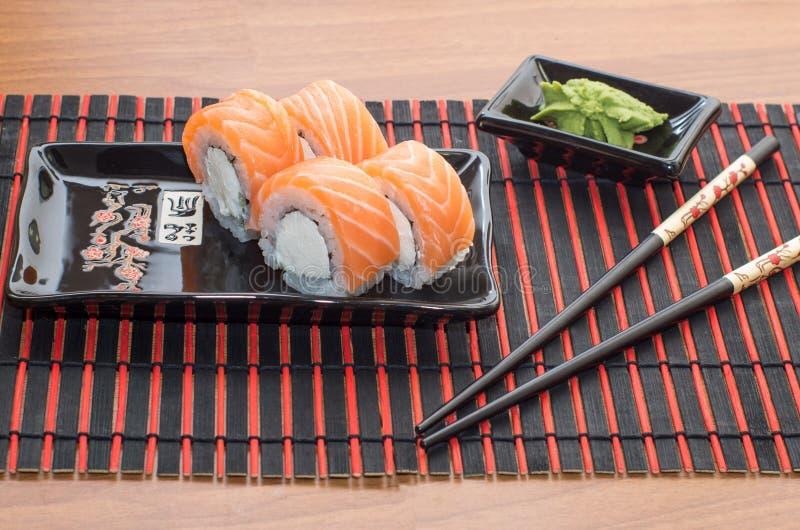 Rotoli di sushi con i bastoni fotografia stock libera da diritti
