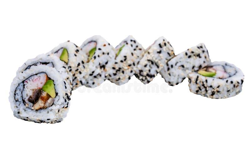Rotoli di sushi con i semi di sesamo isolati su fondo bianco immagine stock libera da diritti
