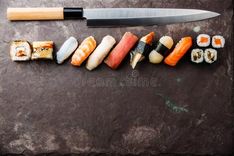 Rotoli di sushi e nigiri con il coltello fotografie stock libere da diritti
