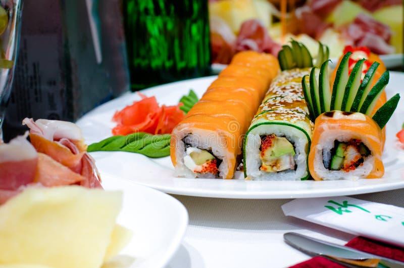 Rotoli di sushi gastronomici assortiti su un buffet fotografia stock