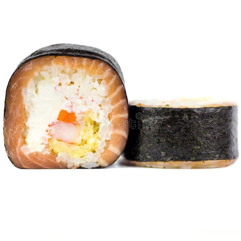 Rotoli di sushi giapponesi freschi tradizionali isolati su un fondo bianco fotografia stock