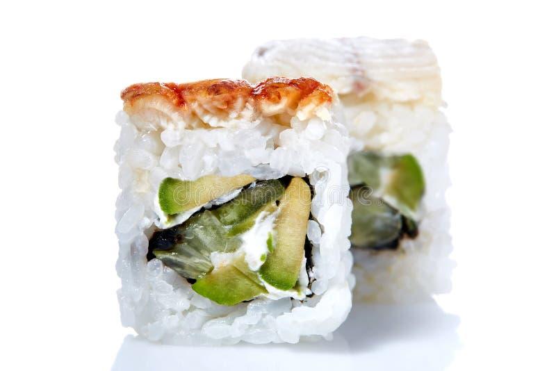 Rotoli di sushi giapponesi freschi tradizionali su un fondo bianco, primo piano, fuoco selettivo immagini stock