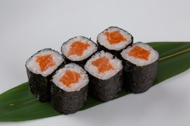 Rotoli di sushi giapponesi di maki di causa con il salmone su fondo bianco immagini stock libere da diritti