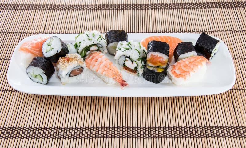 Rotoli di sushi misti su un piatto fotografia stock