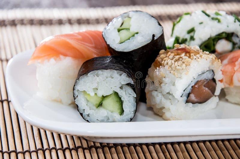 Rotoli di sushi misti su un piatto immagini stock libere da diritti