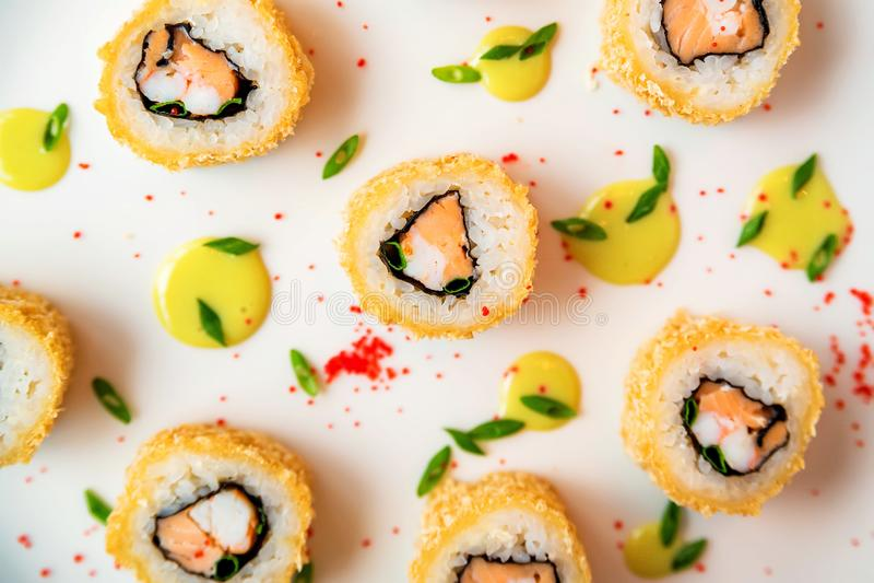 Rotoli di sushi sparsi sulla vista superiore del fondo bianco fotografia stock libera da diritti
