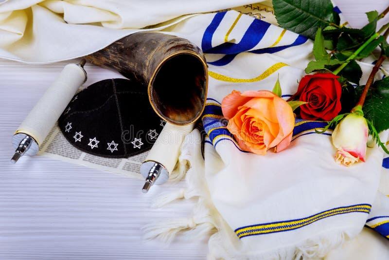 Rotoli di Torah e un corno musicale, entrambi utilizzati nei servizi religiosi di giudaismo in una sinagoga immagine stock libera da diritti