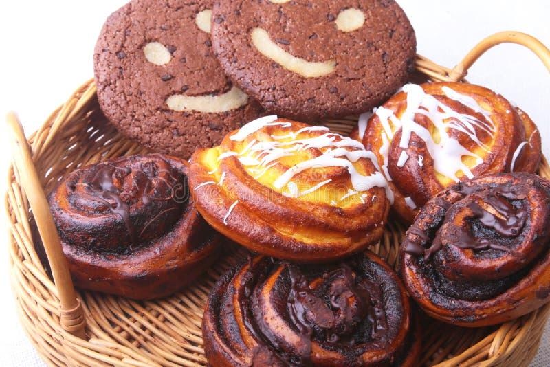 Rotoli dolci casalinghi di recente al forno con cannella, biscotti di farina d'avena in un canestro di vimini Concetto sano dello immagini stock libere da diritti