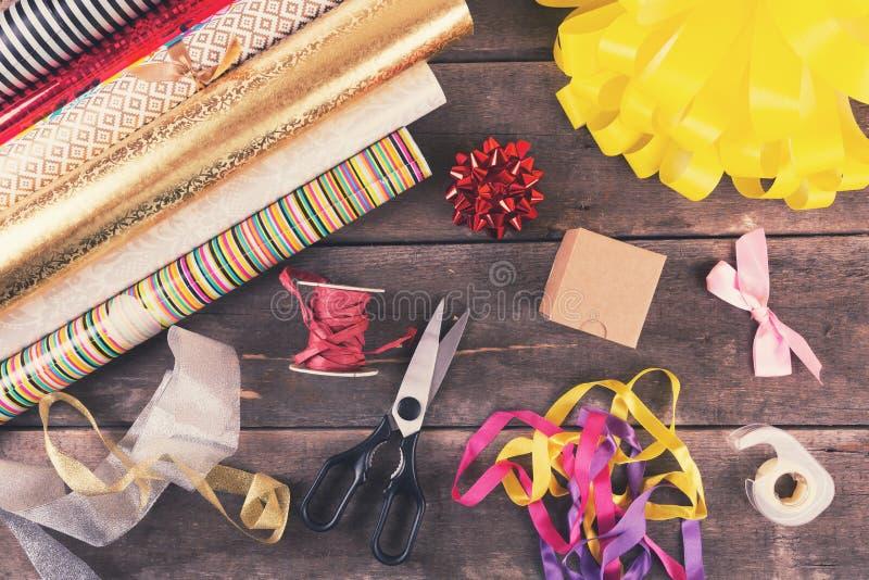 Rotoli ed accessori di spostamento di regalo sulla tavola fotografia stock libera da diritti