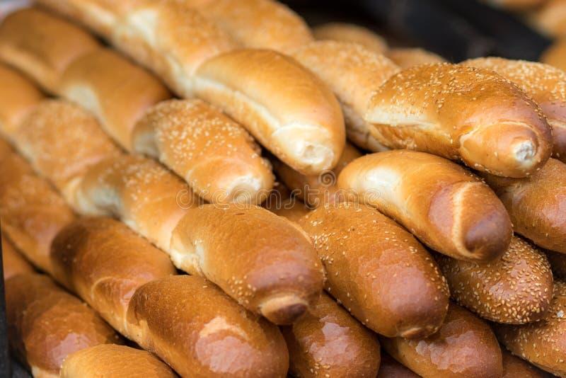 Rotoli freschi e croccanti Baguette d'oro deliziose che hanno un buon odore! Sul mercato di Mahane Yehuda a Gerusalemme fotografia stock