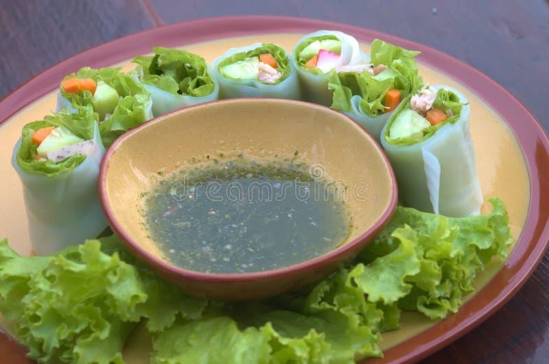 Rotoli le tagliatelle con la verdura e la salsa, il rotolo cotto a vapore della tagliatella di riso, alimento asiatico fotografia stock libera da diritti