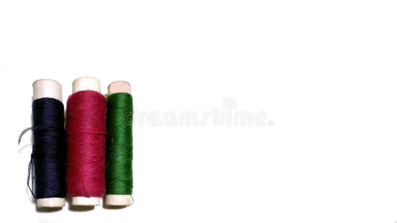 Rotoli multicolori del filo su fondo bianco fotografia stock libera da diritti