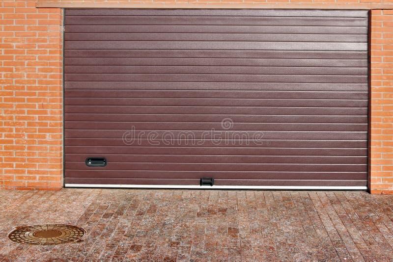 Rotoli sul portone automatico del garage immagine stock