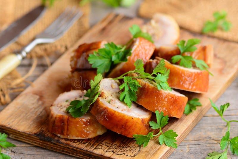 Rotolo al suolo delizioso del pollo con il riempimento Arrostisca il rotolo farcito del pollo su un bordo di legno Stile country fotografia stock libera da diritti